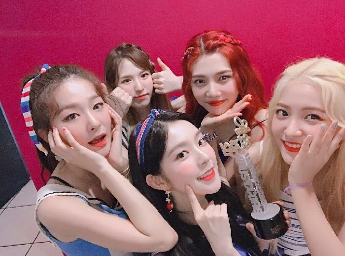 Южнокорейская гёрл-группа Red Velvet в 2017 году фото