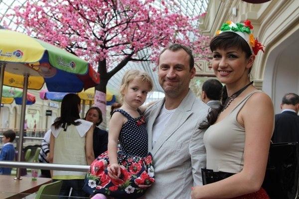 Анатолий Белый с женой и младшей дочерью фото