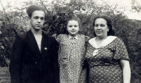 Иосиф Кобзон в молодости с сестрой и мамой фото