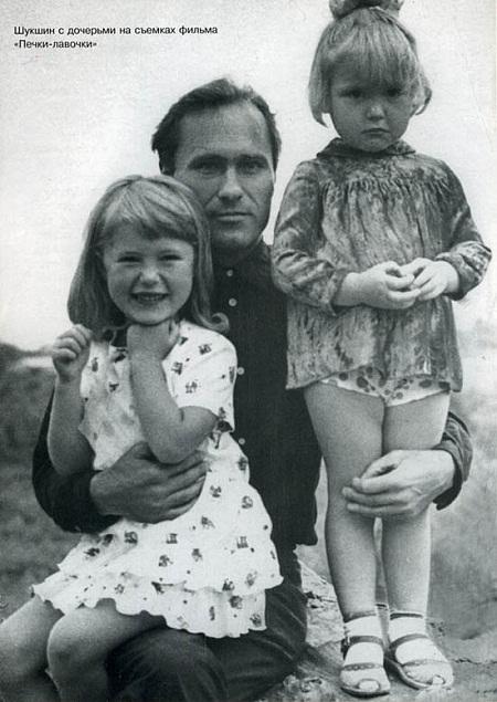 Ольга Шукшина в детстве с отцом и сестрой фото
