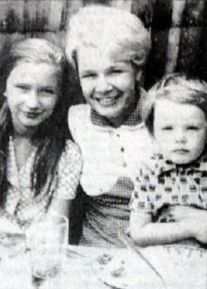 Андрей Данилко в детстве с мамой и сестрой фото