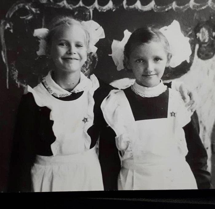 Елена Летучая в детстве с одноклассницей фото