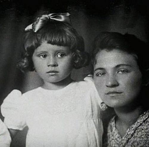 София Ротару в детские годы с мамой