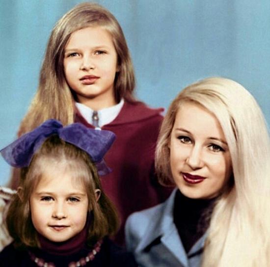 Эвелина Бледанс в детстве с мамой и сестрой фото