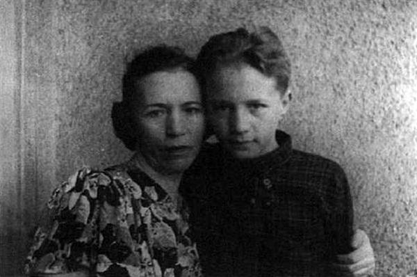 Эдуард Успенский в детстве со своей мамой фото