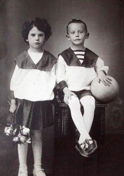 Леонид Гайдай в детстве с сестрой