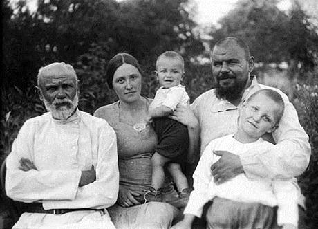 Николай Дроздов в детстве (на руках у матери) с семьей фото