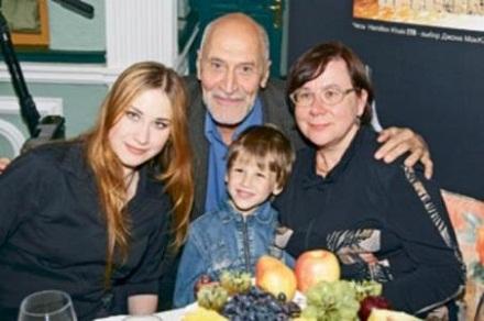 Николай Дроздов с супругой, дочерью Еленой и внуком фото