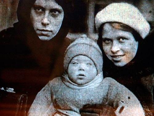 Алиса Фрейндлих в детстве с мамой и тетей