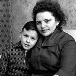 Родион Нахапетов в детстве с мамой