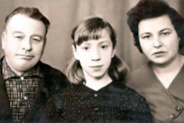 Галина Петрова в детстве с отцом и матерью