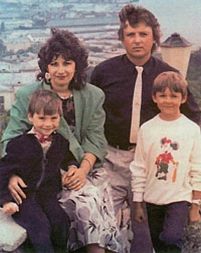 Сергей Лазарев в детстве с родителями и братом